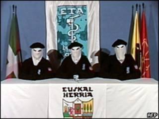 Miembros de ETA difunden un comunicado por TV
