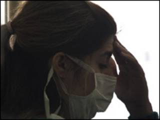 Mulher com máscara em hospital. Foto: AP