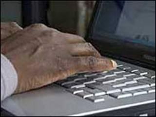 Bilgisayar başında bir Afrikalı