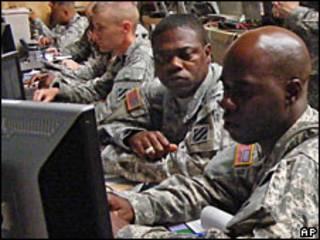 Soldados de EE.UU. ante ordenadores.