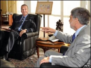 O assessor de Segurança Nacional da Casa Branca, general James Jones (esq.), e Celso Amorim em Brasília (AFP)