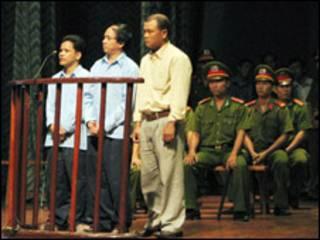 Các bị cáo Nguyễn Phi Duy Linh, Dương Tiến, Đinh Công Sắt (ảnh báo Pháp luật TP HCM)