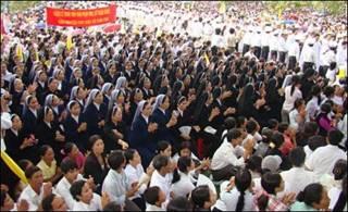 Nhiều ngàn giáo dân tham dự lễ tại Xã Đoài, giáo phận Vinh (Hình: VietCatholic.net)