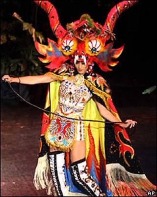 A Miss Peru Karen Schwarz com o vestido polêmico