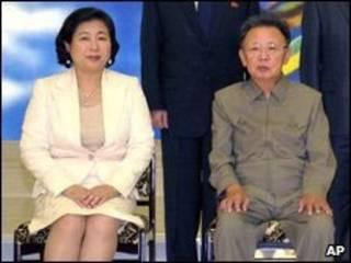 A presidente do grupo Hyundai, Hyun Jeong-eun (esq.) e o líder norte-coreano Kim Jong-il