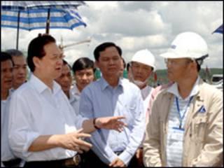 Thủ tướng Nguyễn Tấn Dũng tại công trường tổ hợp bauxite nhôm Lâm Đồng (ảnh trên website chính phủ)