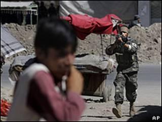 Soldado afegão durante confronto com insurgentes em Cabul