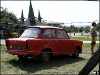 Um Trabant, antigo carro fabricado na Alemanha Oriental, na fornteira entre a Hungria e a Áustri a durante comemorações de aniversário de piquenique (AP, 19 de agosto)