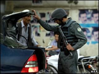 پلیس افغان در حال بارزسی وسایط در آستانه انتخابات