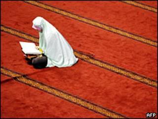 Mujer rezando.
