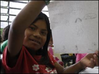 Criança índia mostra desenho inspirado em medidas de prevenção à gripe (earthcode.org )
