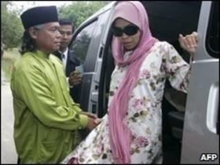 Cô Kartika Shukarno nhận tội và chấp nhận hình phạt công khai