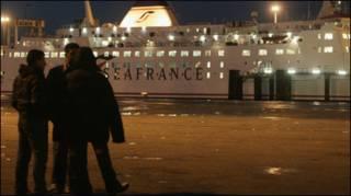 Di dân nhập lậu tập trung tại cảng hàng hóa và hành khách bên Pháp để tìm cách vào nước Anh