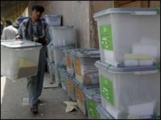 Afganistan'da seçim görevlisi