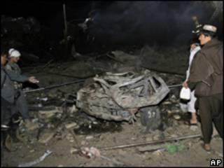 Afegãos observam restos de explosão em Candahar (AP, 25 de agosto)
