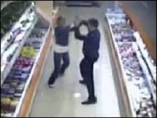 """Апрельский инцидент в супермаркете """"Остров"""" (кадр видеозаписи)"""