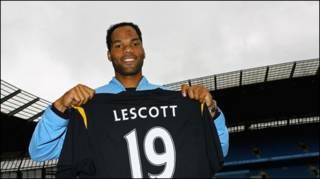 Joleon Lescott với chiếc áo số 19 của Manchester United