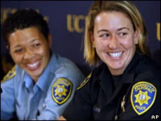 As policiais Lisa Campbell (esq.) e Ally Jacobs durante entrevista coletiva (AP)