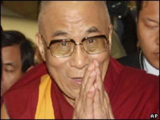 O Dalai Lama chega a estação ferroviária no sul de Taiwan (AP)