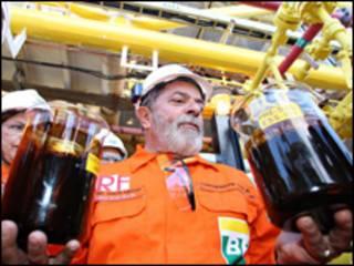 O presidente Luiz Inácio Lula da Silva com amostras de óleo extraído da camada pré-sal (Ricardo Stuckert/PR, 2 de setembro de 2008)