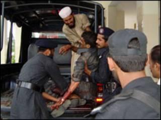 قوات باكستانية تحمل مصابا منها