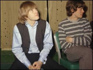 Brian Jones, guitarrista, y Mick Jagger, vocalista de The Rolling Stones, en 1965