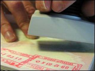 Gümrük muhafaza görevlisinin damgaladığı bir pasaport