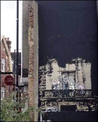 Mural de Banksy parcialmente coberto de tinta