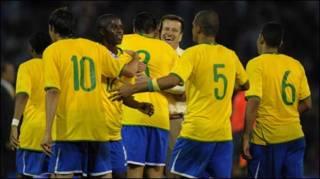 Dunga và các học trò tuyển Brazil ăn mừng chiến thắng 3-1 trước Argentina (Getty)