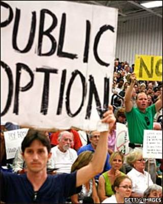 Manifestantes a favor y en contra de la reforma de salud en EE.UU.