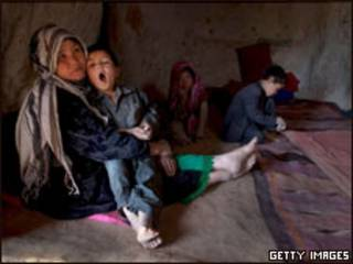 Familia afgana que, por su pobreza, debe vivir en una cueva.