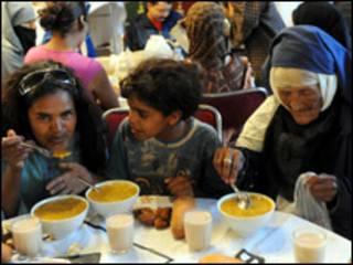مغاربة يتناولون طعام الافطار في رمضان