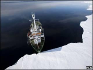 Navio do grupo Greenpeace em área entre o Canadá e a Groenlândia (AFP, 14 de setembro)