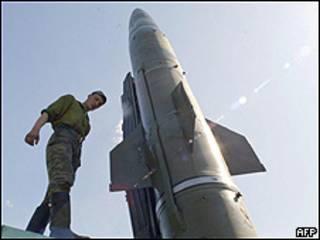 Российская ракета и солдат