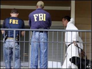 Agentes do FBI durante busca no apartamento de Najbullah Zazi em Denver