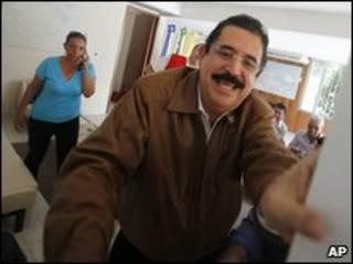 O presidente deposto de Honduras, Manuel Zelaya, na embaixada brasileira em Tegucigalpa (AP)