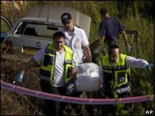 جنود إسرائيليون يحملون جثة ربيع الطويل