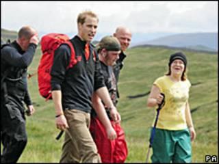 Prens William, desteklediği bir hayır kurumu için genç evsizler ve gönüllüler ile yürüyüşte