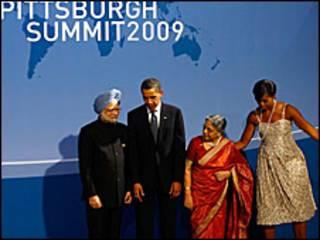 ओबामा और उनकी पत्नी, प्रधानमंत्री मनमोहन सिंह और उनकी पत्नी के साथ