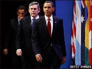Barack Obama, Nicolas Sarkozy y Gordon Brown, a punto de hacer sus pronunciamientos.
