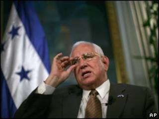 O líder do governo interino, Roberto Micheletti