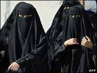 سعوديات بالعباءة التقليدية