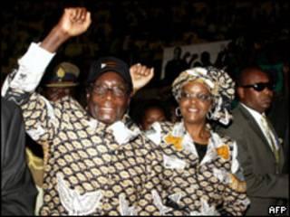 Rais Mugabe akiwa na Mkewe
