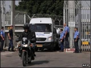 مینی بوس حامل زنان زندانی