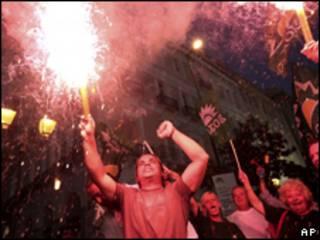 Partidários da oposição comemoram nas ruas de Atenas neste domingo (AP)