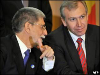 O ministro das Relações Exteriores, Celso Amorim, conversa com seu colega belga, Yves Leterme, em Bruxelas (AFP, 4 de outubro)