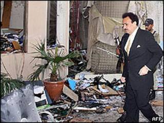 Ministro do Interior paquistanês, Rehman Maliki, visita local de ataque suicida
