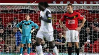 Thủ môn Ben Foster (áo xanh) đứng nhìn sau khi Kenwyne Jones ghi bàn cho Sunderland