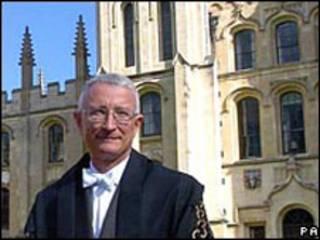 牛津离任校长约翰·胡德博士