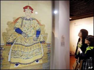 Khách thăm triển lãm nhìn tranh vẽ Hoàng đế Ung Chính